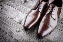 经典正式棕色皮鞋 免版税图库摄影