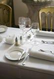 经典正餐做准备好的餐馆表 库存照片