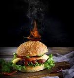 经典汉堡用一棵丸子、乳酪和菜,在顶部 免版税图库摄影