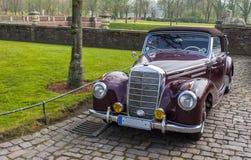经典汽车在城堡庭院里 库存照片