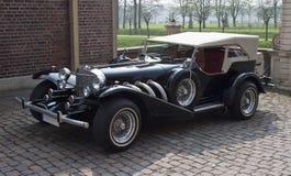 经典汽车在城堡庭院里 免版税库存图片