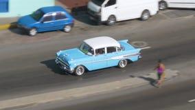 经典汽车天大角度鸟瞰图在哈瓦那街上的 股票视频