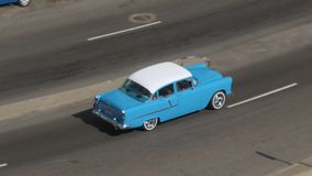 经典汽车天大角度鸟瞰图在哈瓦那街上的 股票录像