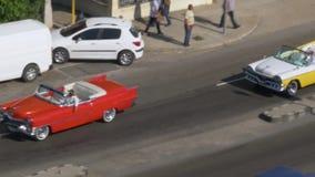 经典汽车天大角度鸟瞰图在哈瓦那街上的 影视素材