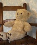 经典玩具熊对在一把摇椅的蓝色墙壁 库存照片