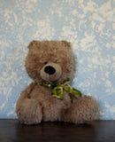 经典玩具熊对蓝色墙壁 库存图片