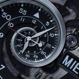 经典现代黑银色报时表摘要分数维超现实的螺旋 手表计时机制异常的抽象纹理样式 免版税库存照片