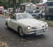 经典生锈的汽车大众卡曼吉阿 库存图片