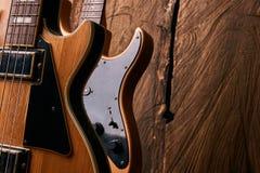 经典电吉他和木电低音吉他 图库摄影