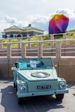 经典类型181在斯海弗宁恩海滩的车 免版税库存图片