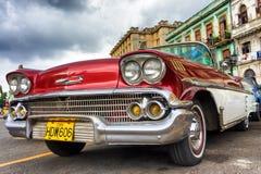 经典红色薛佛列汽车在哈瓦那 库存图片