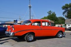 经典红色1956年雪佛兰两门汽车 免版税图库摄影