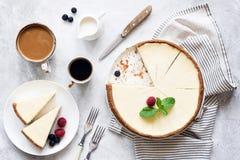 经典纽约乳酪蛋糕和咖啡,顶视图 免版税库存照片