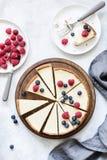 经典纽约乳酪蛋糕用新鲜的莓果,顶视图 库存照片