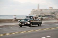 经典绿色汽车以在哈瓦那街道上的速度  古巴 18-05-2015 库存图片