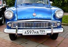 经典老汽车蓝色正面图 免版税库存图片