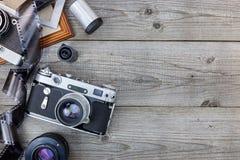 经典老照相机、透镜和底片在木桌b上 库存照片