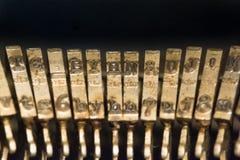 经典老葡萄酒控制台打字机键盘和钥匙 免版税库存照片