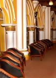 经典葡萄酒样式椅子家具在班格洛宫殿设置了 库存照片