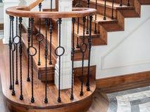 经典葡萄酒楼梯在当代房子里 库存照片