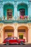 经典葡萄酒汽车和五颜六色的殖民地大厦在哈瓦那旧城古巴 库存照片