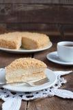 经典蛋糕油酥点心拿破仑与乳蛋糕奶油的在pla 免版税库存照片