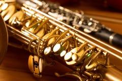 经典音乐萨克斯管进程萨克斯管和单簧管葡萄酒 库存图片