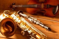 经典音乐萨克斯管进程萨克斯管小提琴和单簧管葡萄酒 库存图片