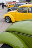 经典VW甲虫停放在VW气凉车展在斯海弗宁恩海滩 库存图片