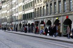 经济公寓住宅和拱廊是伯尔尼的标志 免版税库存图片