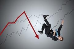 经济损失和危机概念 年轻商人从箭头跌倒 免版税库存照片