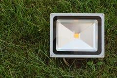 经济LED放映机在绿草登上了 在草坪安装的LED聚光灯 免版税库存照片