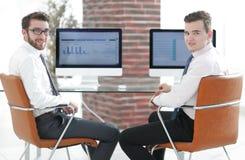 经理与财政图一起使用 免版税库存图片