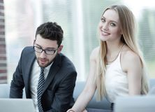 经理和客户关于膝上型计算机的浏览信息 库存照片