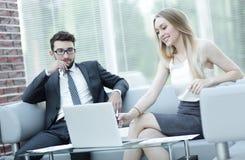 经理和客户关于膝上型计算机的浏览信息 免版税库存照片