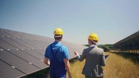 经理和工作者在光致电压的能源厂 股票录像