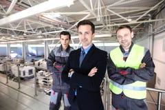 经理和工作者在工厂 免版税库存图片