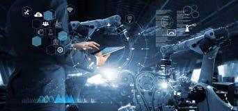 经理在技术工业工程师工作和控制机器人学方面 图库摄影