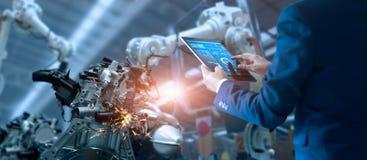经理工程师控制自动化机器人武装机器 免版税库存图片