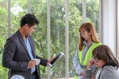 经理检查工程师队的工作 计划 免版税库存照片