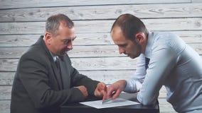 经理说服并且迫使客户签合同 影视素材