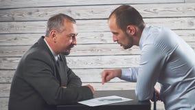 经理说服并且迫使客户签合同 股票录像