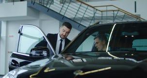 经理谈话与客户在陈列室里 免版税库存图片
