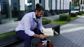 经理通过有笔记的一个笔记本翻转从一个老工作 股票视频