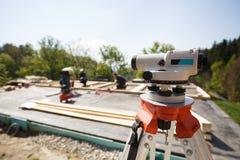 经纬仪测量的角度和位置在修造站点 库存照片