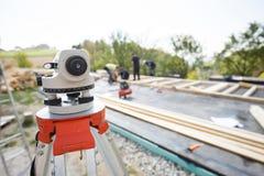 经纬仪测量的角度和位置在修造站点 免版税库存照片