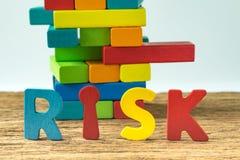 经营风险概念有五颜六色的木字母表风险和wo 免版税图库摄影