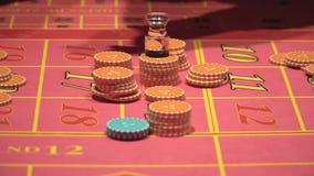 经销商工作,位于打赌,在赌博娱乐场收集轮盘赌的芯片 影视素材