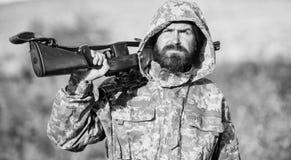经验和实践借成功狩猎 狩猎期 人狩猎自然环境 有胡子的猎人步枪 免版税库存照片