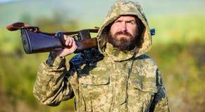 经验和实践借成功狩猎 狩猎期 人狩猎自然环境 有胡子的猎人步枪 库存照片